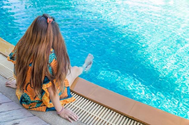 Retrato, de, bonito, jovem, mulher asian, relaxante, férias verão, em, piscina