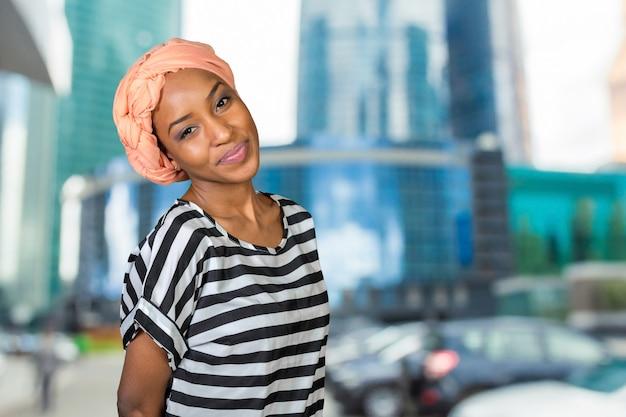 Retrato, de, bonito, mulher americana africana, sorrindo