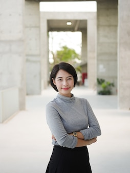 Retrato, de, bonito, mulher asian, em, jovem, negócio, olhar mulher