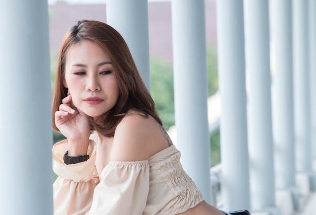 Retrato, de, bonito, mulher asian, posar, ligado, a, overpas