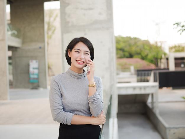 Retrato, de, bonito, mulher asian, usando, telefone móvel, em, jovem, negócio, olhar mulher