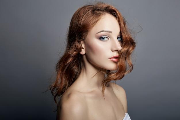 Retrato, de, bonito, mulher jovem, com, voando, cabelo