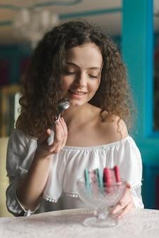 Retrato, de, bonito, mulher jovem, desfrutando, a, sorvete, sanduíche
