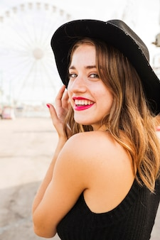 Retrato, de, bonito, mulher jovem, desgastar, chapéu preto