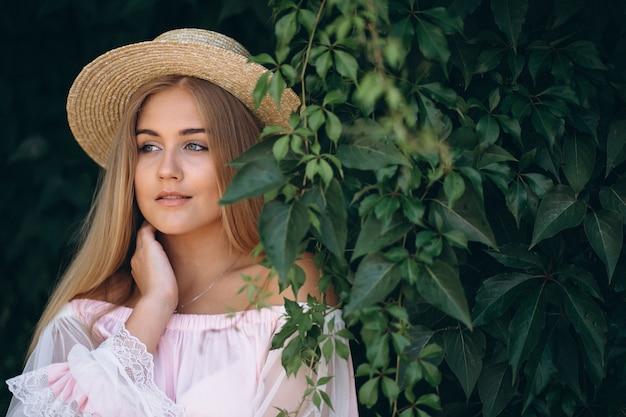 Retrato, de, bonito, mulher jovem, em, chapéu