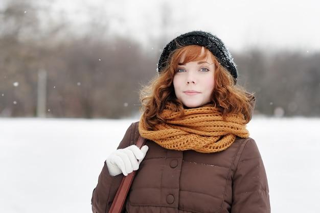 Retrato, de, bonito, mulher jovem, em, inverno