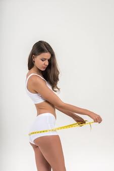 Retrato, de, bonito, mulher jovem, medindo, dela, figura, tamanho, com, fita métrica