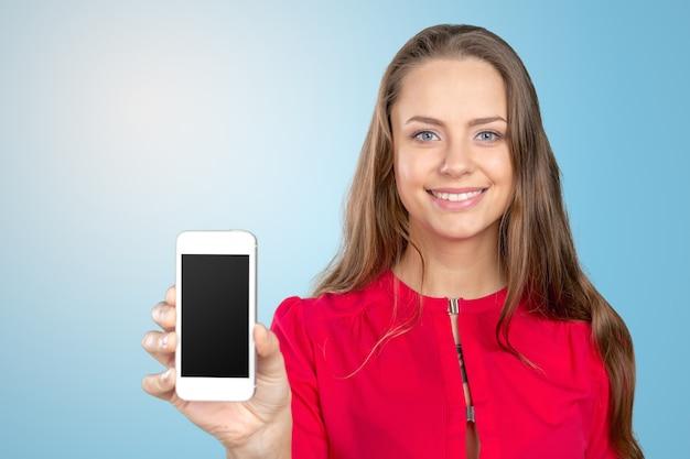 Retrato, de, bonito, mulher jovem, segurando, smartphone