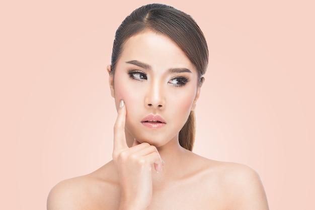 Retrato, de, bonito, natural, e, expressivo, mulher asian, pensando, e, olhando baixo