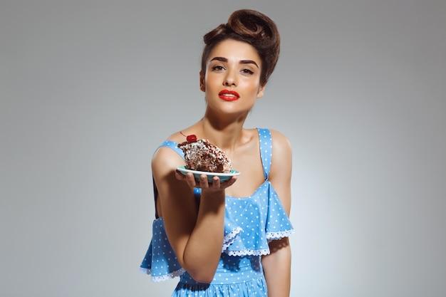 Retrato, de, bonito, pin-up, mulher segura bolo, em, mãos