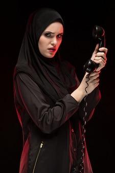 Retrato, de, bonito, sério, assustado, jovem, muçulmano, mulher, desgastar, pretas, hijab, chamando, para, ajuda