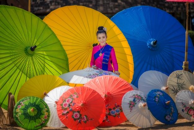 Retrato, de, bonito, tailandês, mulheres, em, lanna, tradicional, traje, guarda-chuva feito artesanal, fazendo, estilo vintage, em, chiang mai, tailandia