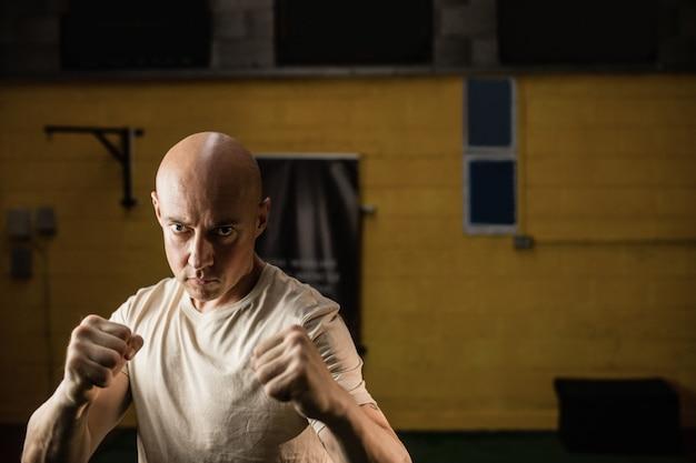 Retrato de boxeador praticando boxe