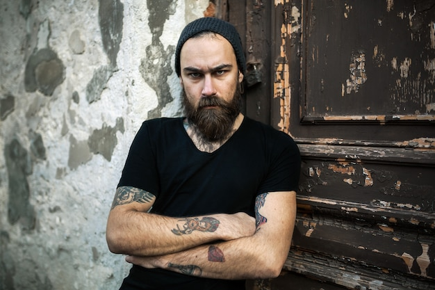 Retrato, de, brutal, homem barbudo, desgastar, em branco, t-shirt