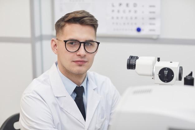 Retrato de cabeça e ombros de um optometrista sorrindo