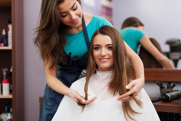 Retrato de cabeleireira e cliente