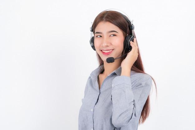 Retrato de cabelo curto de operadora de atendimento ao cliente feminino sorridente e feliz