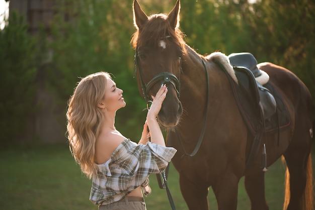 Retrato de camisa de menina com cavalo preto na fazenda de cavalos.