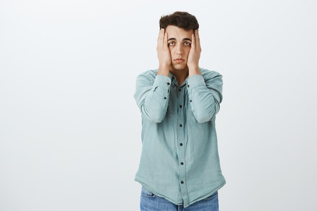 Retrato de cara deprimido e infeliz em uma camisa da moda