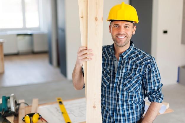 Retrato de carpinteiro bonito e feliz