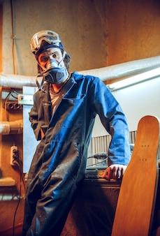 Retrato de carpinteiro sério em seu local de trabalho