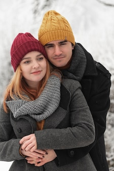 Retrato de casal abraçando ao ar livre na temporada de inverno