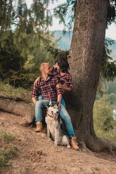 Retrato de casal adorável lindo se divertindo nas férias de verão.