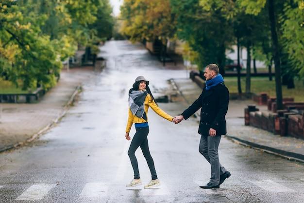 Retrato de casal afetuoso, passear na cidade