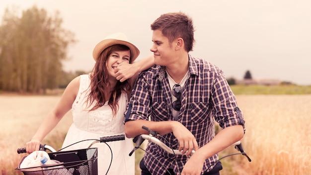 Retrato de casal alegre com bicicletas