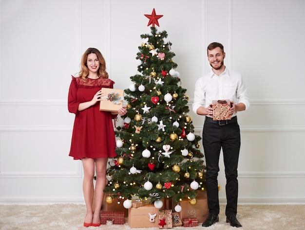 Retrato de casal alegre com presente