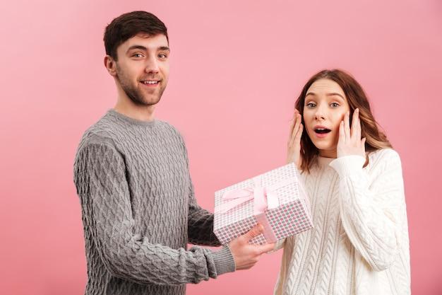Retrato de casal amoroso alegre, vestido de camisolas