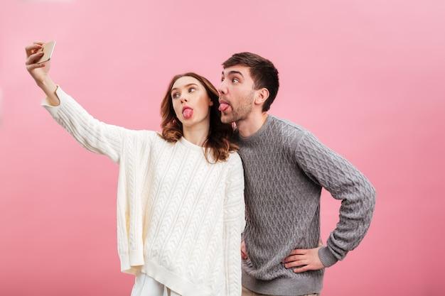 Retrato de casal amoroso engraçado vestido de camisolas