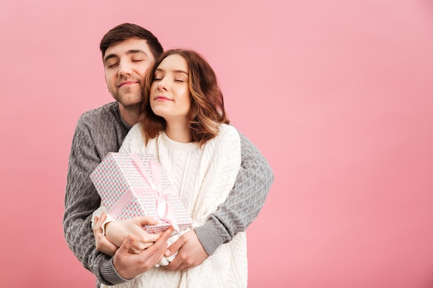 Retrato de casal amoroso satisfeito, vestido de camisolas