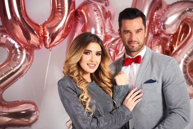 Retrato de casal apaixonado celebrando o ano novo