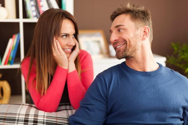 Retrato de casal apaixonado em casa