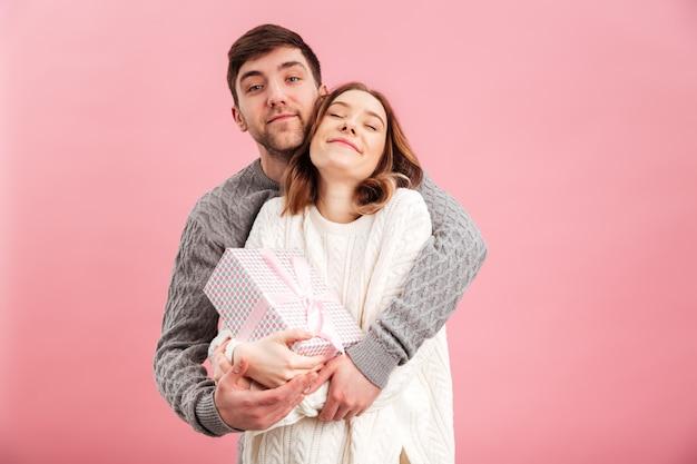 Retrato de casal apaixonado, vestido de camisolas a sorrir