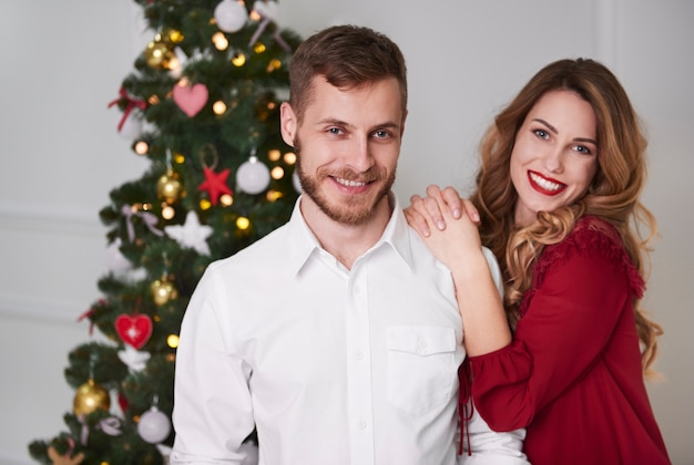 Retrato de casal carinhoso no natal