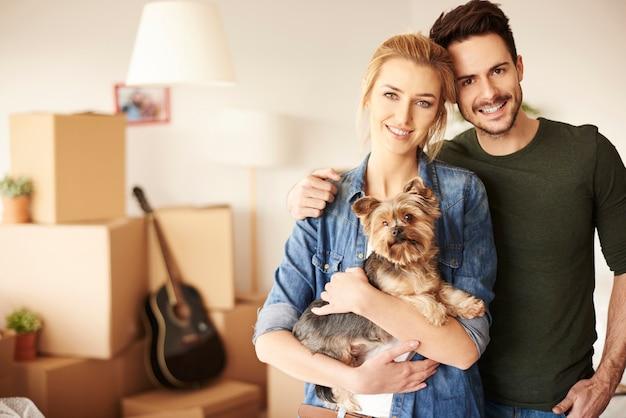 Retrato de casal com pequeno animal de estimação