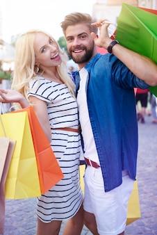 Retrato de casal com sacolas de compras