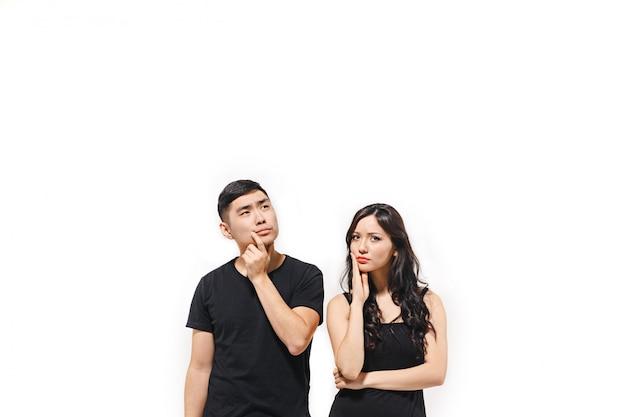 Retrato de casal coreano pensativo isolado no branco