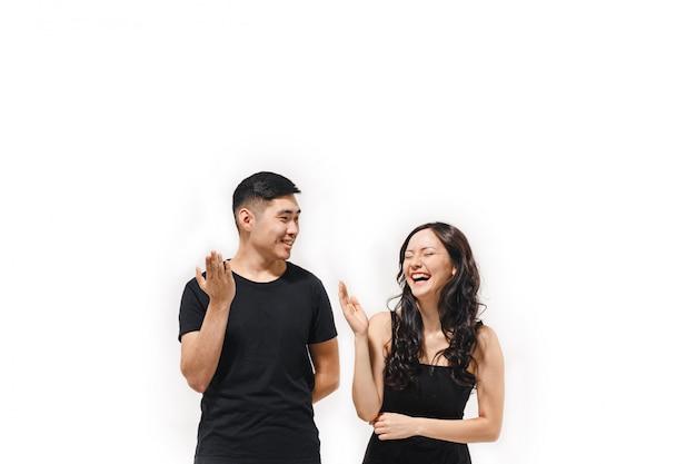 Retrato de casal coreano sorridente isolado no branco