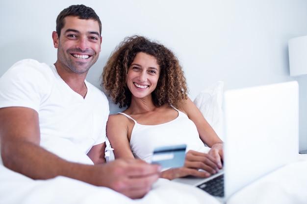 Retrato de casal de compras on-line