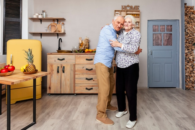 Retrato de casal de idosos abraçando