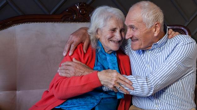 Retrato de casal de idosos adoráveis