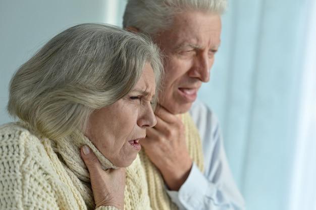 Retrato de casal de idosos doentes em casa