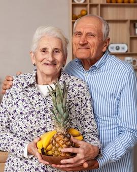 Retrato de casal de idosos posando juntos