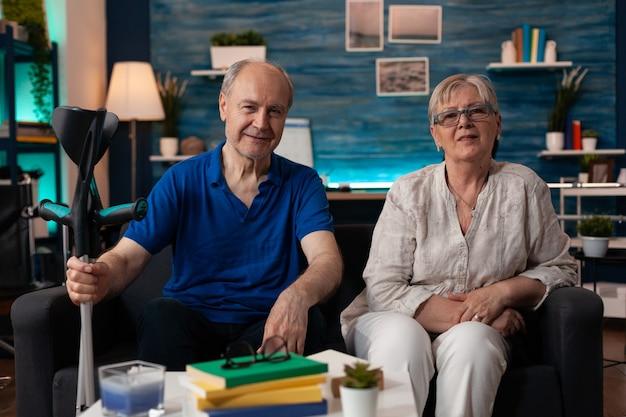Retrato de casal de idosos sentados juntos em casa