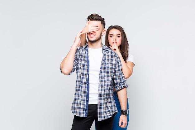 Retrato de casal de jovens amigos