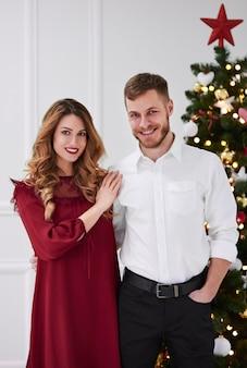 Retrato de casal elegante e abraçado