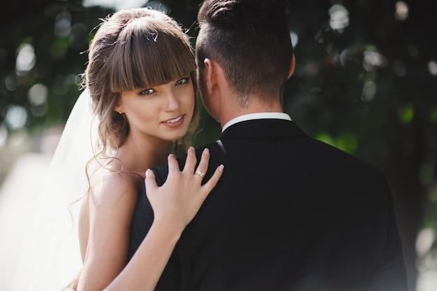 Retrato de casal elegante feliz no dia do casamento ao ar livre